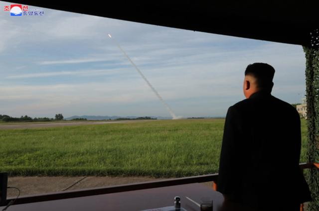 """Ông Kim Jong-un tươi cười thị sát vụ thử vũ khí """"khủng"""" của Triều Tiên - 3"""