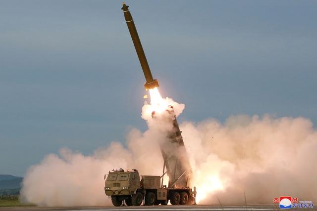 """Ông Kim Jong-un tươi cười thị sát vụ thử vũ khí """"khủng"""" của Triều Tiên - 10"""