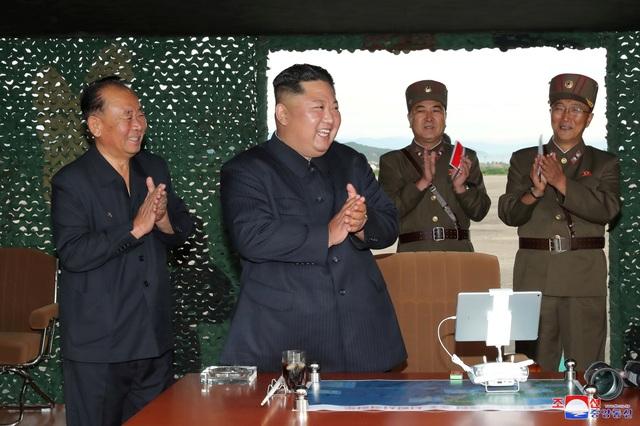 """Ông Kim Jong-un tươi cười thị sát vụ thử vũ khí """"khủng"""" của Triều Tiên - 4"""
