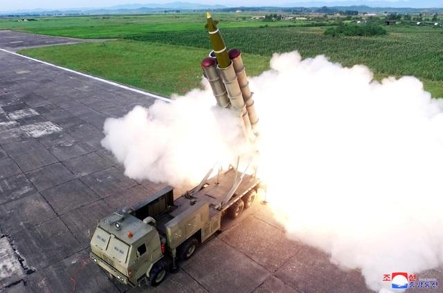 """Ông Kim Jong-un tươi cười thị sát vụ thử vũ khí """"khủng"""" của Triều Tiên - 8"""
