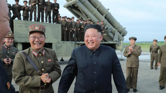 """Ông Kim Jong-un tươi cười thị sát vụ thử vũ khí """"khủng"""" của Triều Tiên - 6"""