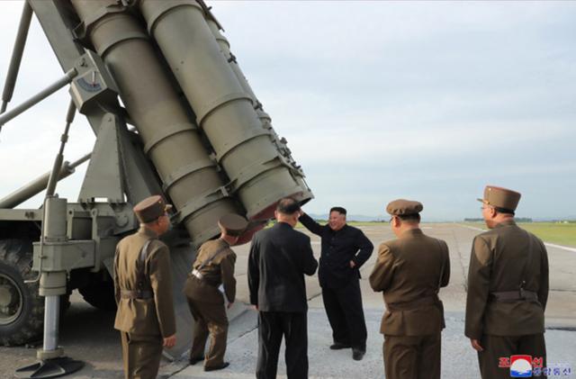 """Ông Kim Jong-un tươi cười thị sát vụ thử vũ khí """"khủng"""" của Triều Tiên - 5"""