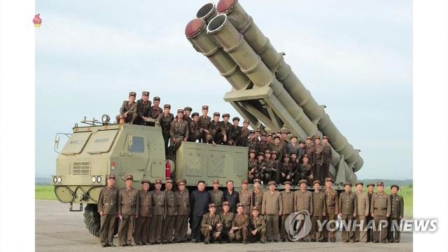 """Ông Kim Jong-un tươi cười thị sát vụ thử vũ khí """"khủng"""" của Triều Tiên - 7"""