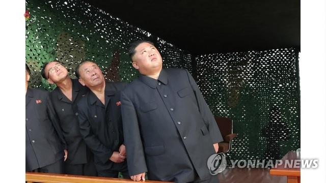 """Ông Kim Jong-un tươi cười thị sát vụ thử vũ khí """"khủng"""" của Triều Tiên - 2"""