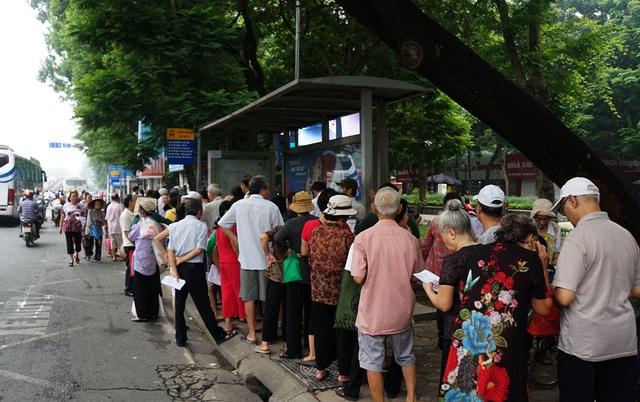 Người cao tuổi Hà Nội mệt mỏi chờ làm thẻ xe buýt miễn phí - 3