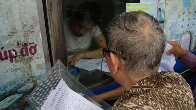 Người cao tuổi Hà Nội mệt mỏi chờ làm thẻ xe buýt miễn phí - 6