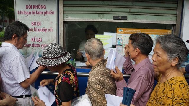 Người cao tuổi Hà Nội mệt mỏi chờ làm thẻ xe buýt miễn phí - 5
