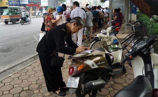 Người cao tuổi Hà Nội mệt mỏi chờ làm thẻ xe buýt miễn phí - 11