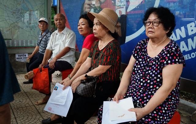 Người cao tuổi Hà Nội mệt mỏi chờ làm thẻ xe buýt miễn phí - 7