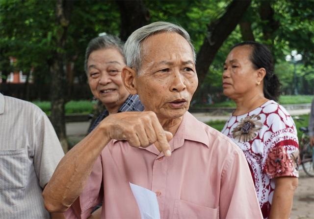 Người cao tuổi Hà Nội mệt mỏi chờ làm thẻ xe buýt miễn phí - 8