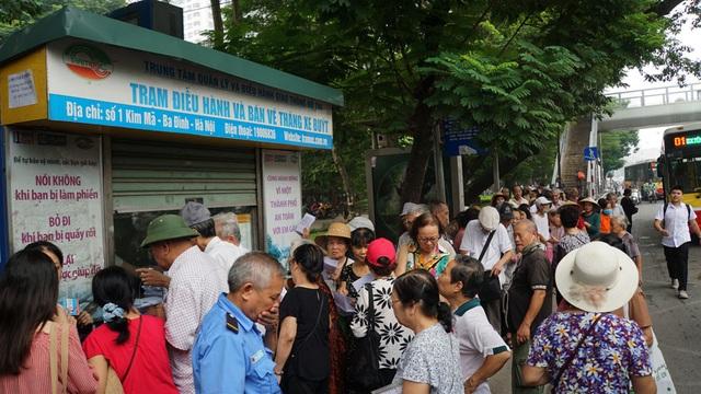 Người cao tuổi Hà Nội mệt mỏi chờ làm thẻ xe buýt miễn phí - 4
