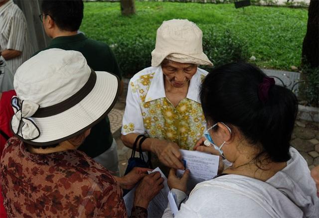 Người cao tuổi Hà Nội mệt mỏi chờ làm thẻ xe buýt miễn phí - 10