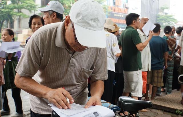 Người cao tuổi Hà Nội mệt mỏi chờ làm thẻ xe buýt miễn phí - 12