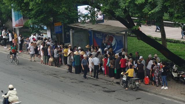 Người cao tuổi Hà Nội mệt mỏi chờ làm thẻ xe buýt miễn phí - 2
