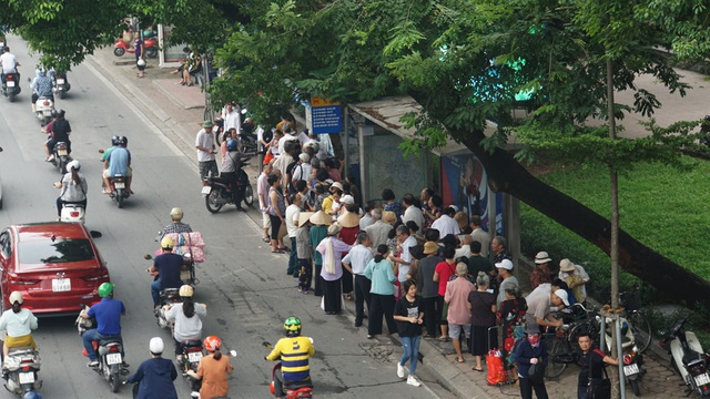 Người cao tuổi Hà Nội mệt mỏi chờ làm thẻ xe buýt miễn phí - 1