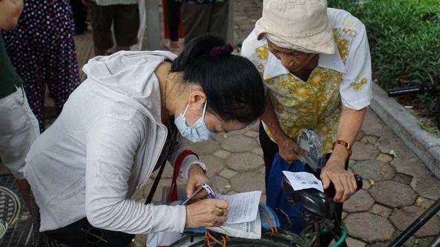 Người cao tuổi Hà Nội mệt mỏi chờ làm thẻ xe buýt miễn phí - 9