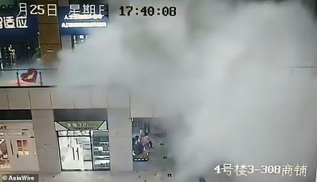 Nước trút xối xả hất văng hành khách trong trung tâm thương mại Trung Quốc - 1