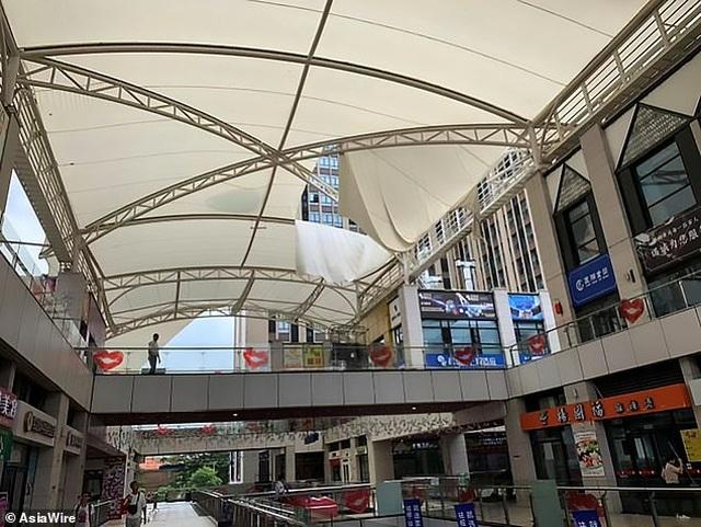 Nước trút xối xả hất văng hành khách trong trung tâm thương mại Trung Quốc - 3