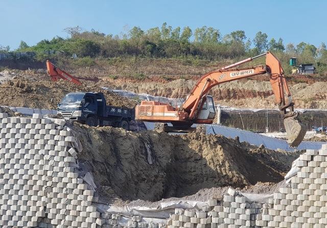 Cận cảnh tháo dỡ bức tường khủng sai phép đe doạ nhà dân ở Nha Trang - 2