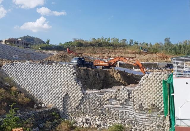 Cận cảnh tháo dỡ bức tường khủng sai phép đe doạ nhà dân ở Nha Trang - 1
