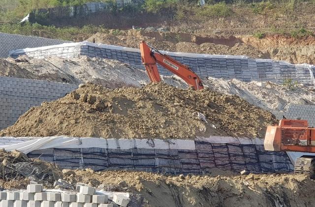Cận cảnh tháo dỡ bức tường khủng sai phép đe doạ nhà dân ở Nha Trang - 5