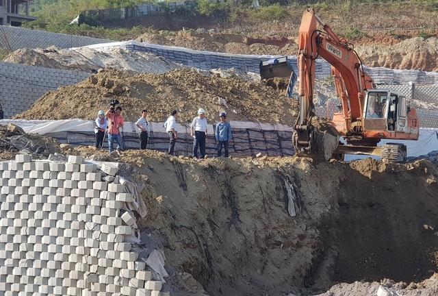Cận cảnh tháo dỡ bức tường khủng sai phép đe doạ nhà dân ở Nha Trang - 3
