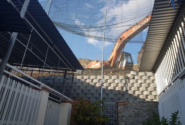 Cận cảnh tháo dỡ bức tường khủng sai phép đe doạ nhà dân ở Nha Trang - 9