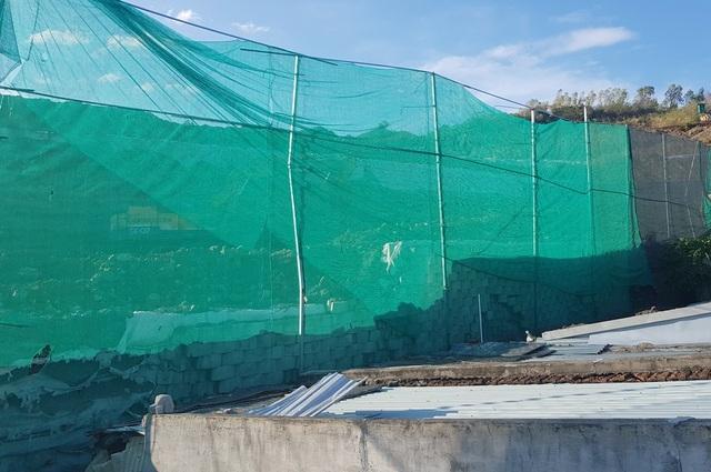 Cận cảnh tháo dỡ bức tường khủng sai phép đe doạ nhà dân ở Nha Trang - 10