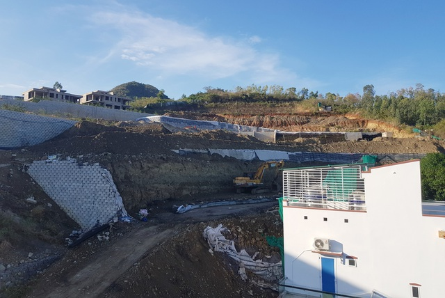 Cận cảnh tháo dỡ bức tường khủng sai phép đe doạ nhà dân ở Nha Trang - 6