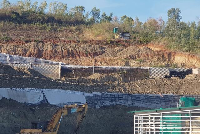 Cận cảnh tháo dỡ bức tường khủng sai phép đe doạ nhà dân ở Nha Trang - 4