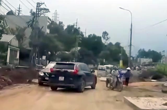 Tài xế ôtô liên tục chặn đầu xe cẩu, xe công-ten-nơ để gây sự: Nghi có hơi men - 7
