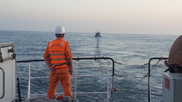 Hai tàu cá hỏng máy trên biển