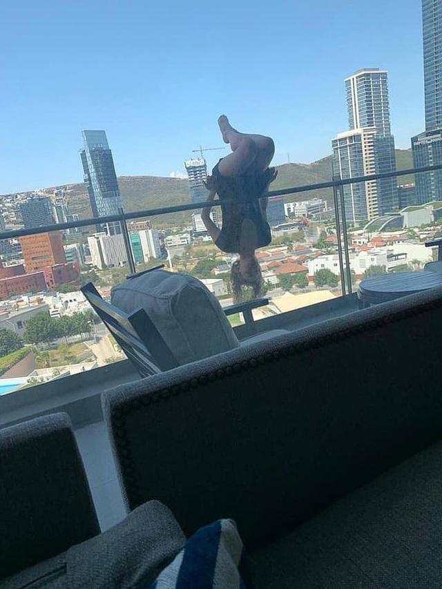 """Cô gái ngã từ tầng 6 vì tạo dáng trên ban công để chụp ảnh """"sống ảo"""" - 1"""