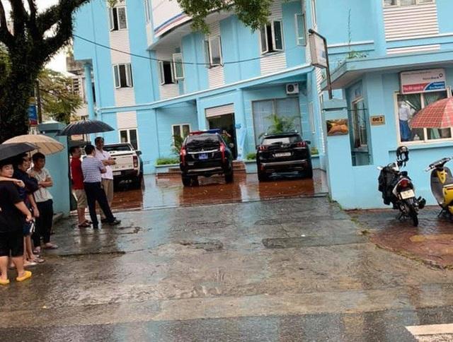 Nam thanh niên cầm kiếm xông vào phòng giao dịch ngân hàng Vietinbank cướp tiền - 2