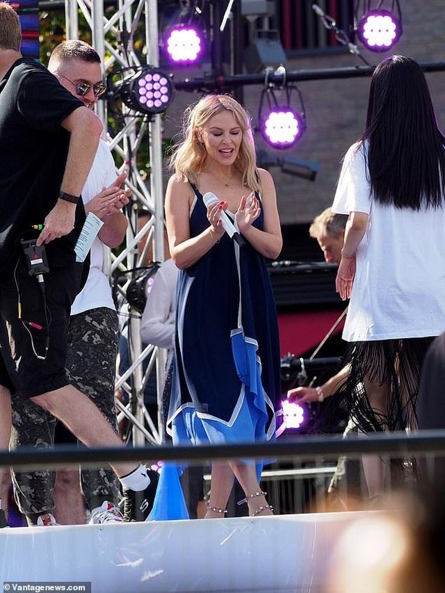 Kylie Minogue xinh đẹp, rạng rỡ ở tuổi 51 - 10
