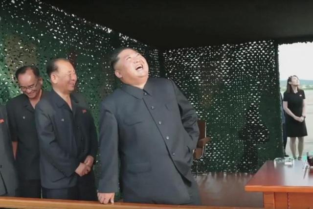 Em gái ông Kim Jong-un lần đầu công khai xuất hiện tại địa điểm thử tên lửa - 1