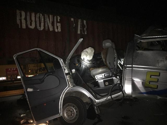 Xe khách húc đuôi xe container trong đêm, 16 người bị thương - 1