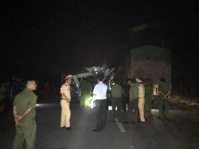 Xe khách húc đuôi xe container trong đêm, 16 người bị thương - 3