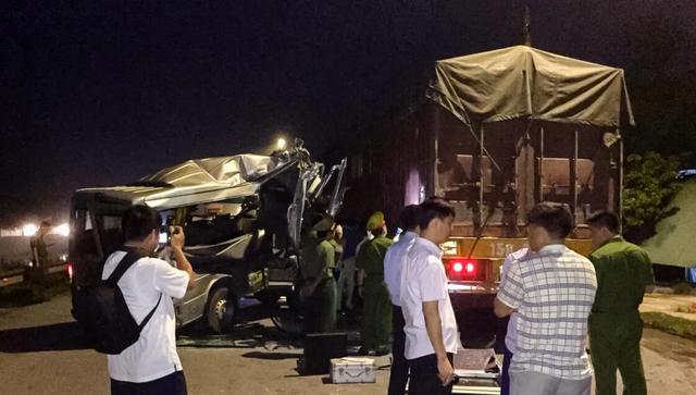 Xe khách húc đuôi xe container trong đêm, 16 người bị thương - 2