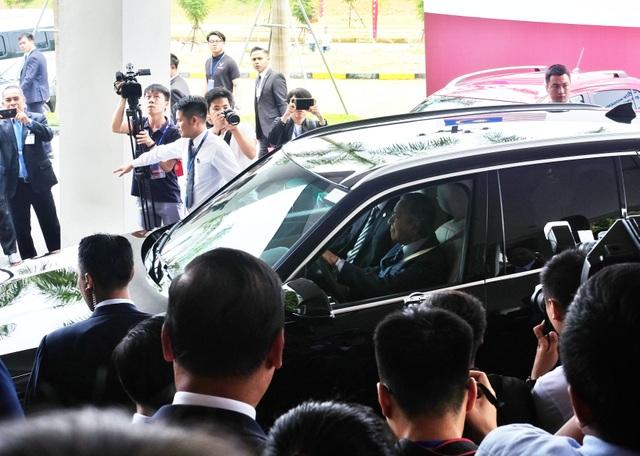 Thủ tướng Malaysia lái xe Vinfast