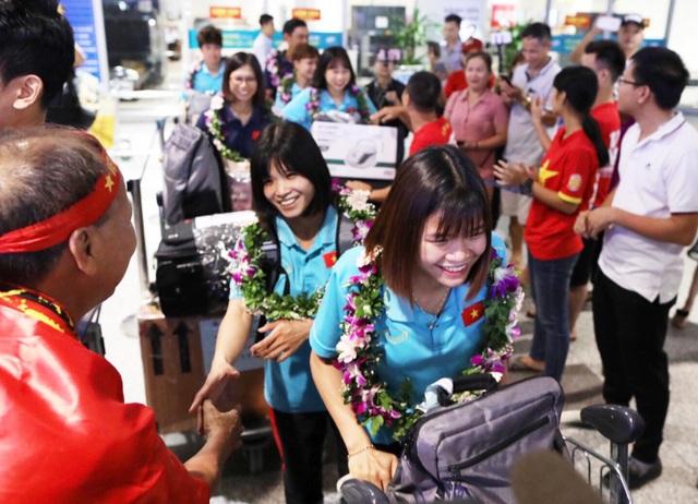 Đội tuyển nữ Việt Nam về nước, được thưởng hơn 2 tỷ đồng - 7
