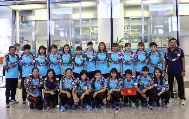 Đội tuyển nữ Việt Nam về nước, được thưởng hơn 2 tỷ đồng - 1