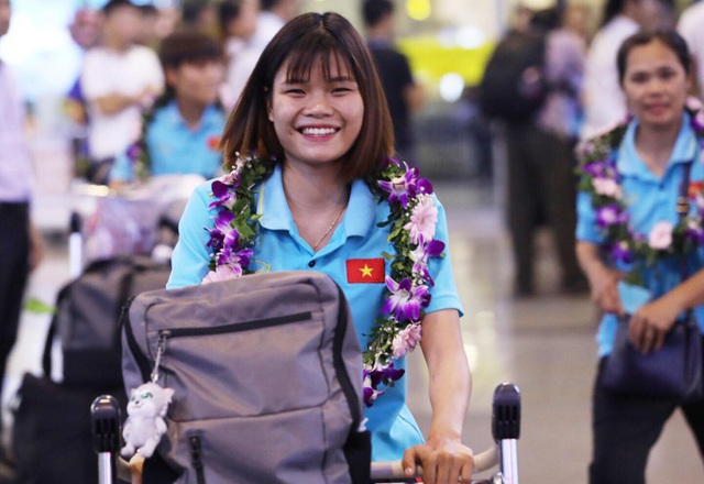 Đội tuyển nữ Việt Nam về nước, được thưởng hơn 2 tỷ đồng - 9