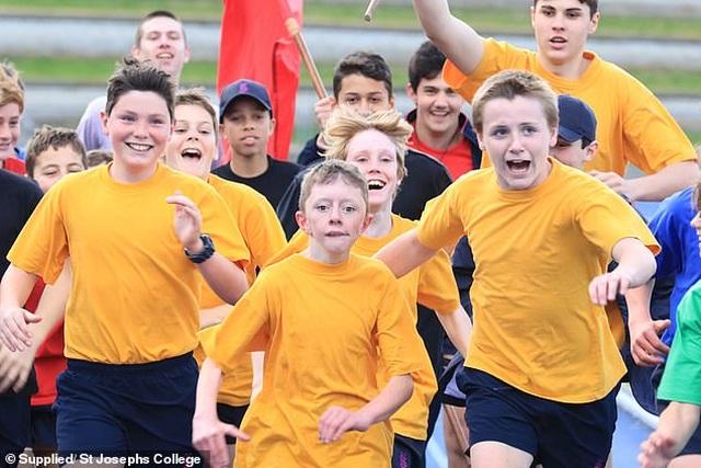 Các bạn trong lớp chạy cùng, cổ vũ cho cậu bé tật nguyền tại đại hội trường - 1