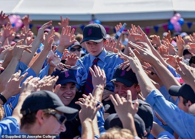 Các bạn trong lớp chạy cùng, cổ vũ cho cậu bé tật nguyền tại đại hội trường - 2