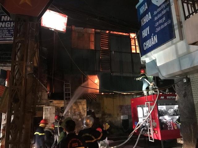 Hiện trường vụ cháy cực lớn tại Nhà máy bóng đèn phích nước Rạng Đông - 12