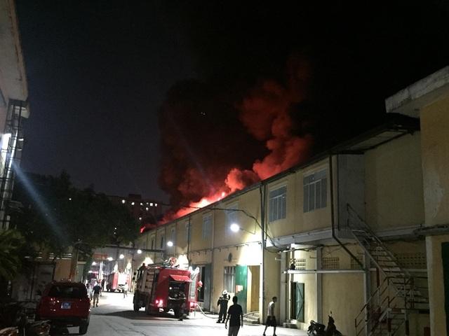 Hiện trường vụ cháy cực lớn tại Nhà máy bóng đèn phích nước Rạng Đông - 1