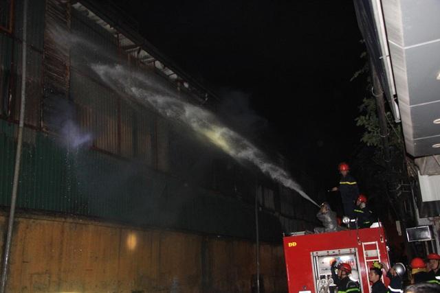 Hiện trường vụ cháy cực lớn tại Nhà máy bóng đèn phích nước Rạng Đông - 14