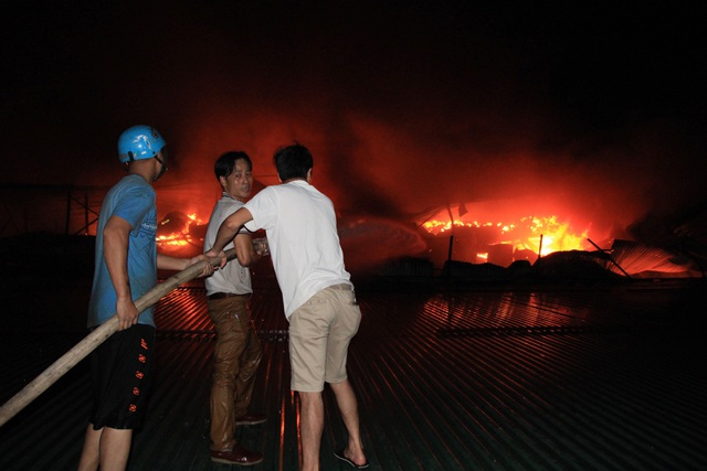 Hiện trường vụ cháy cực lớn tại Nhà máy bóng đèn phích nước Rạng Đông - 15