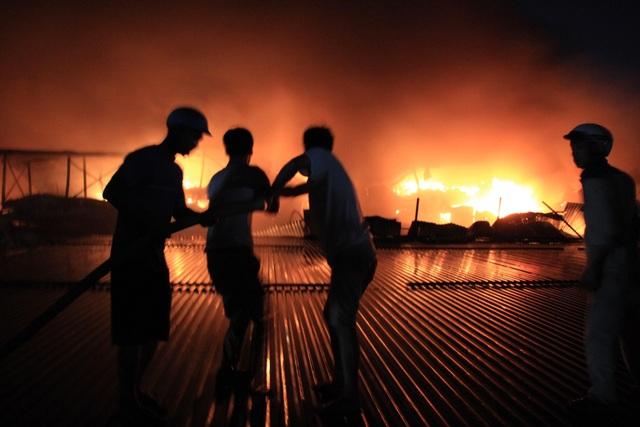Hiện trường vụ cháy cực lớn tại Nhà máy bóng đèn phích nước Rạng Đông - 16